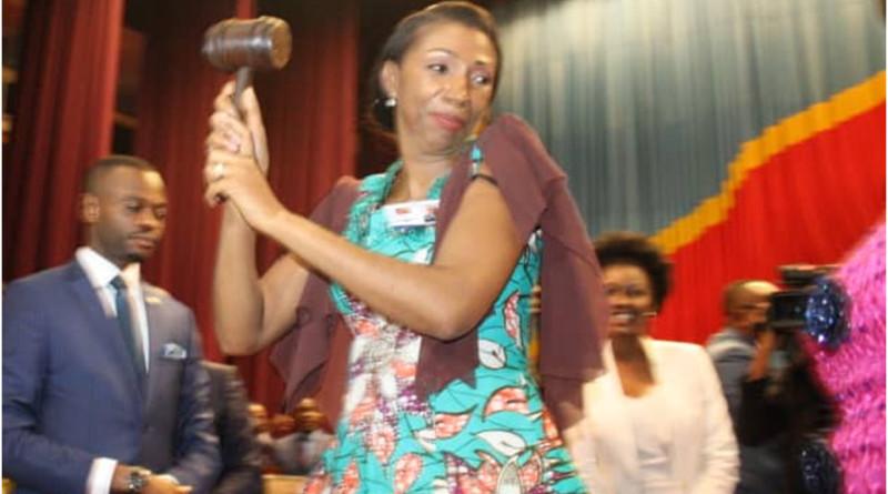 Jeanine avec le marteau de l'Assemblée Nationale
